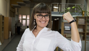 Анна Недобиткова тестирует фитнес-браслет.