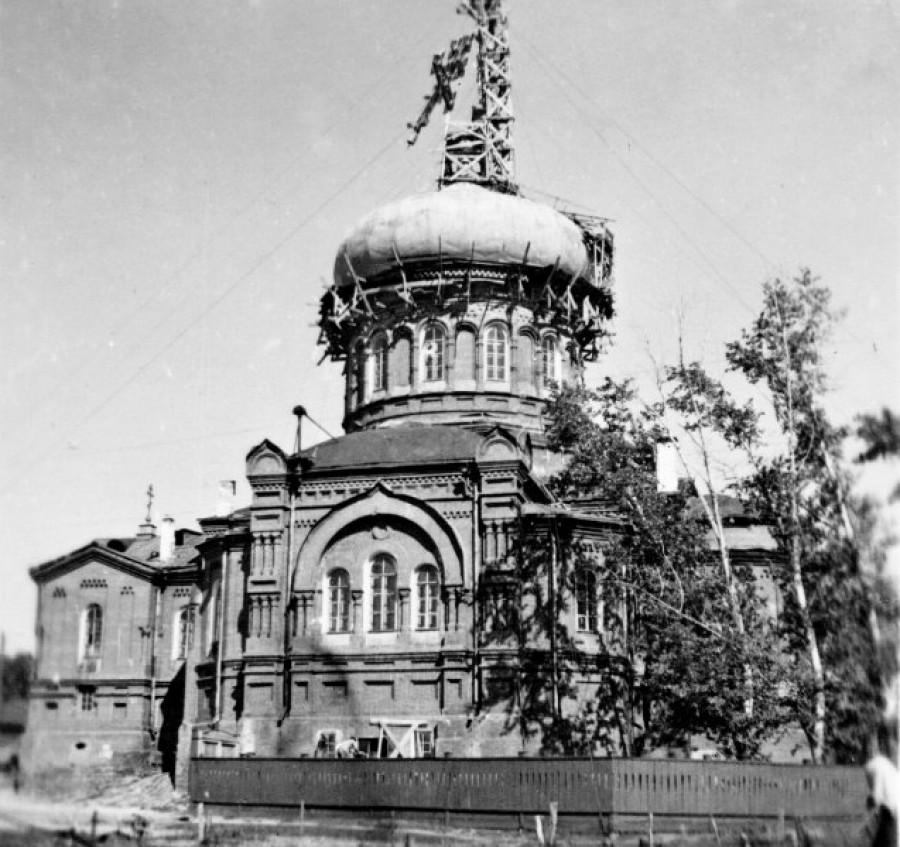 Установка креста на купол Покровского собора, конец 40-х гг.