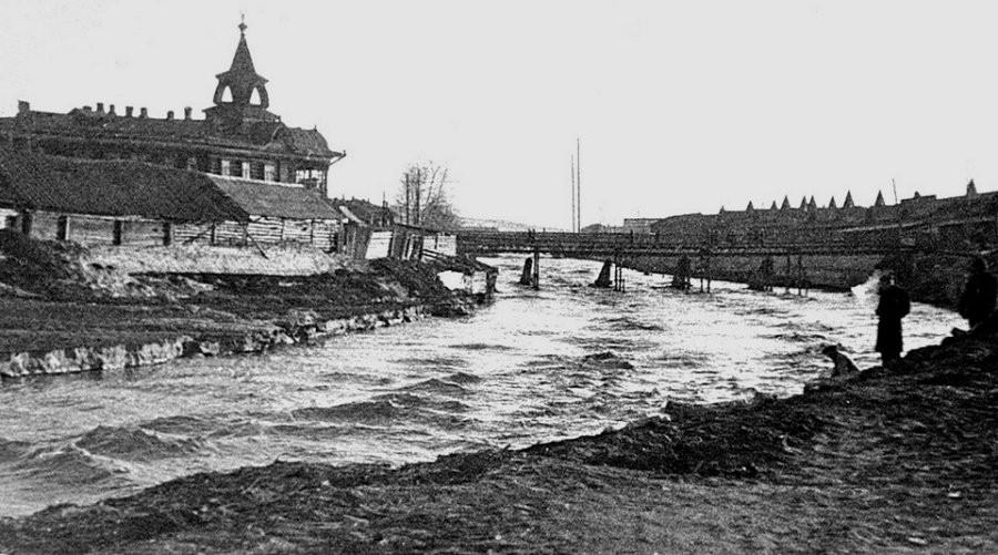 Вид на бывшую гостиницу Империал (не сохр.) и мост через Барнаулку к Базарной площади, 1947г.