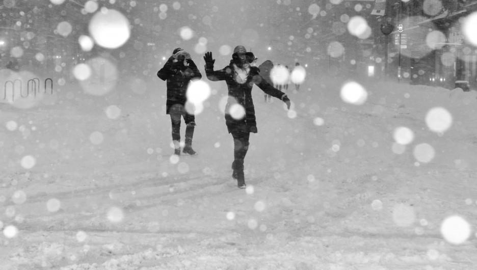 Зима, снегопад.