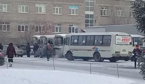 В Бийске протестующие водители выставили автобусы у городской администрации.