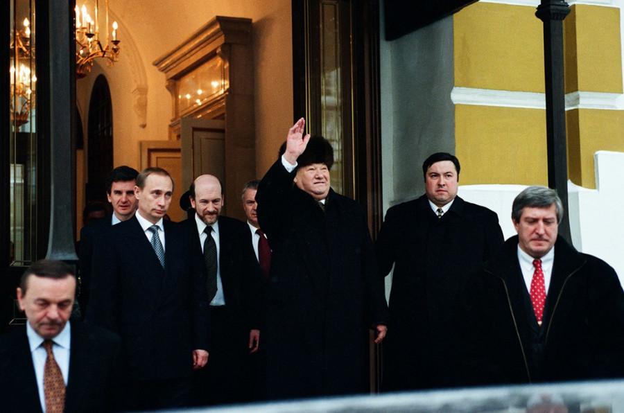 Ельцин покидает Кремль после заявления об отставке.