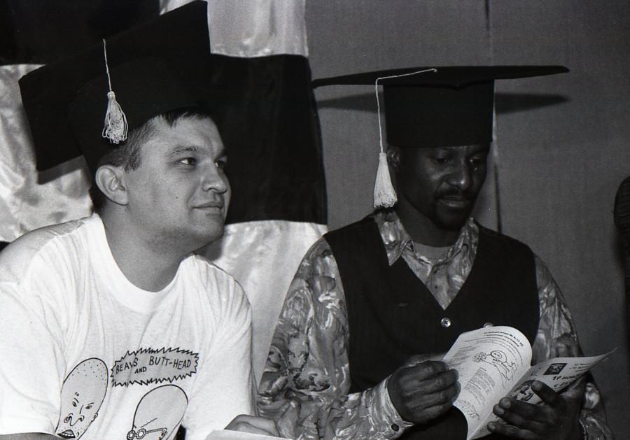 """1999 год. Справа - знаменитый """"барнаульский чернокожий житель""""."""