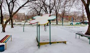 Детская площадка зимой.