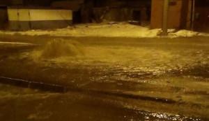 В Барнауле из-за прорыва водопровода затопило улицу.