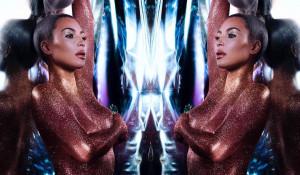 Ким Кардашьян рекламирует искристые пигменты для тела.