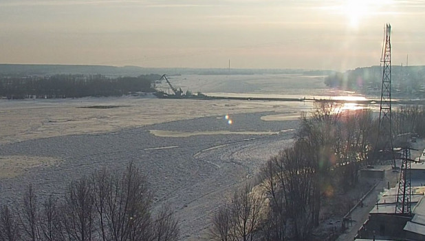 В Бийске монтируют понтонный мост.
