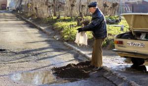 Житель Бийска самостоятельно ремонтирует дорогу