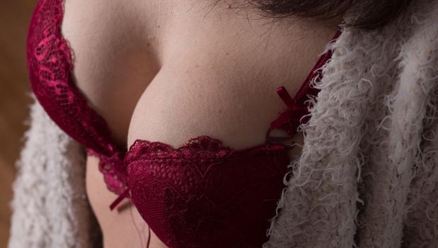 Женская грудь, бюстгалтер.
