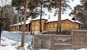 Здание гостиницы в Барнауле на Змеиногорском тракте, 83 на суде по уголовному делу называли коттеджем Максима Савинцева.