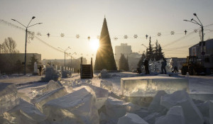 Строительство снежного городка в Барнауле.