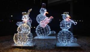 В центре Барнаула появились светящиеся снеговики-музыканты.