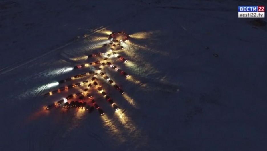 В Алтайском крае построили новогоднюю елку из 100 автомобилей.