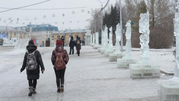 На площади Сахарова тает снежный городок. Ледяные скульптуры