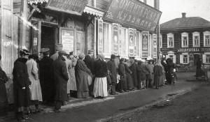 Очередь за продуктами в 1917 году в соседнем Томске. Источник: elib.tomsk.ru