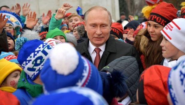 Владимир Путин встретился с детьми, приехавшими на кремлёвскую ёлку. 26 декабря 2017 года.