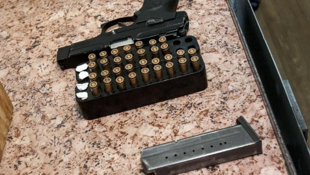 Пистолет, обойма, патроны.