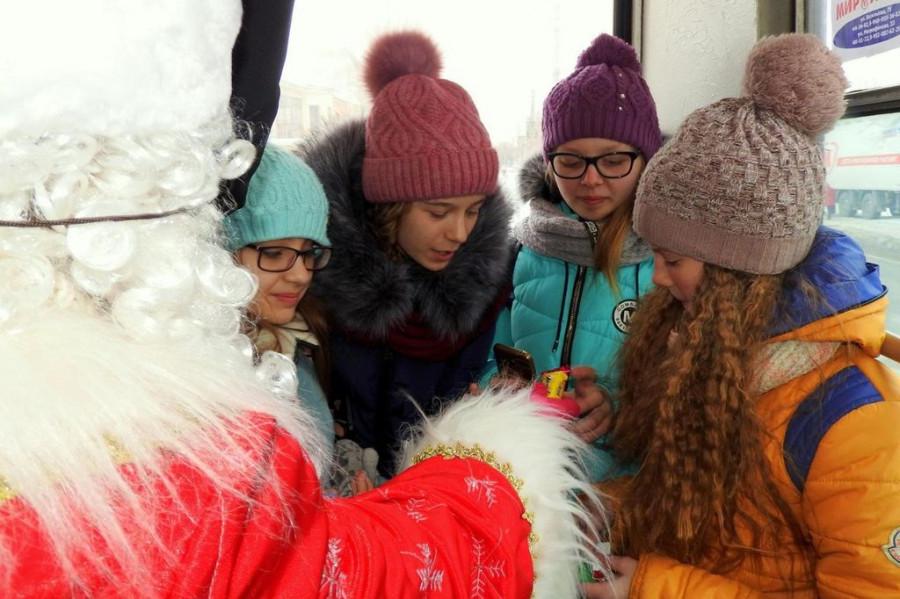 Дед Мороз и Снегурочка поздравляют пассажиров в Бийске.