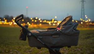 Ребенок в коляске.