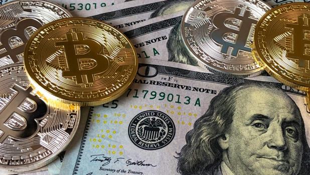 Деньги. Доллары, биткоины.
