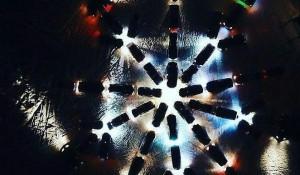 В Заринске выстроили новогоднюю снежинку из десятков машин.