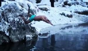 Индиец Алок Пуке купается.