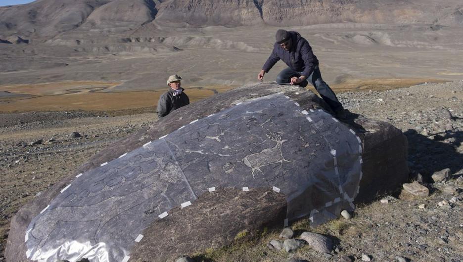 В Горном Алтае нашли валун с огромным петроглифом.