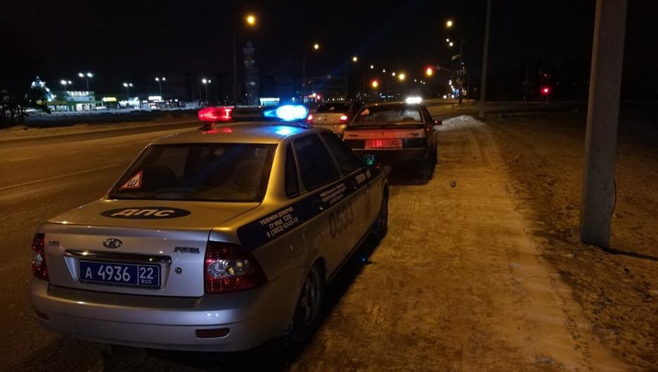 Водитель ВАЗа устроил гонки с патрульными в Барнауле.