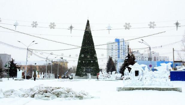 В Барнауле начали демонтировать снежный городок и елку.