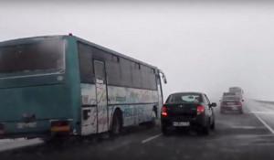 Междугородний автобус на трассе.