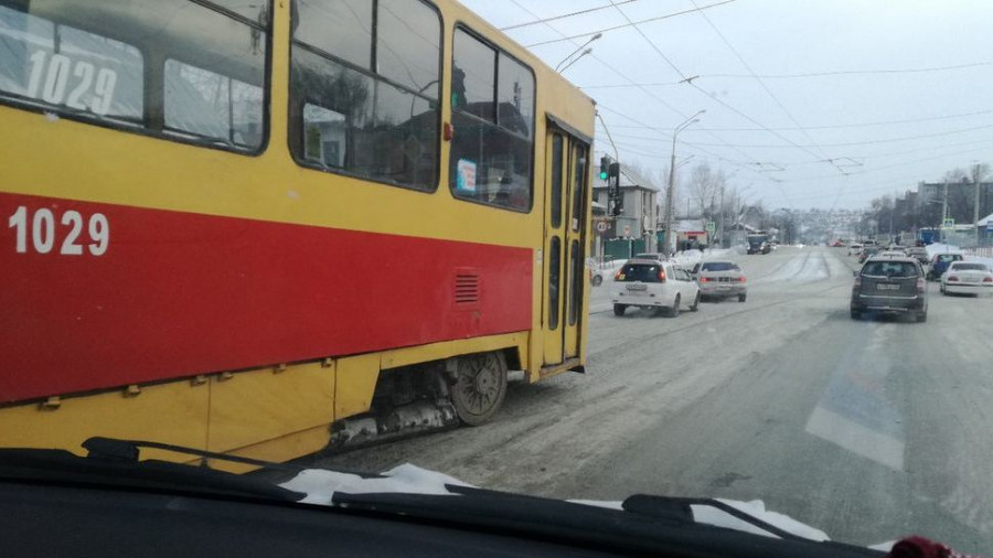 Трамвай сошел с рельсов.