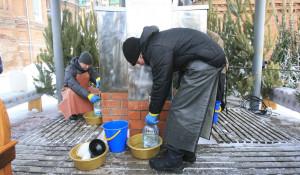 Барнаульцы набирают воду в храмах.