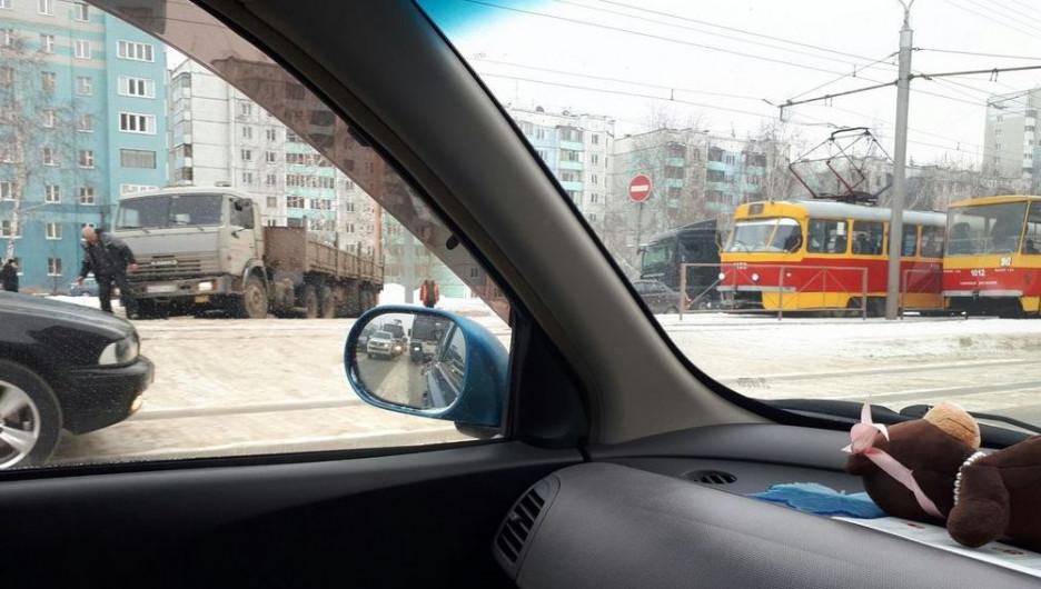 В Барнауле КамАЗ застрял на путях, образовалась пробка.