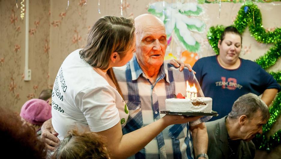Алтайские волонтеры собрали подарки одиноким старикам.