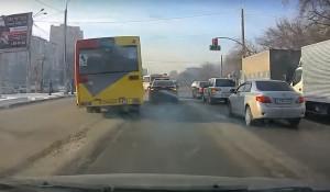 Автобус грубо нарушает правила ПДД
