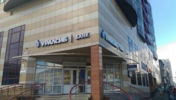 С банковской карты снимают зарплату