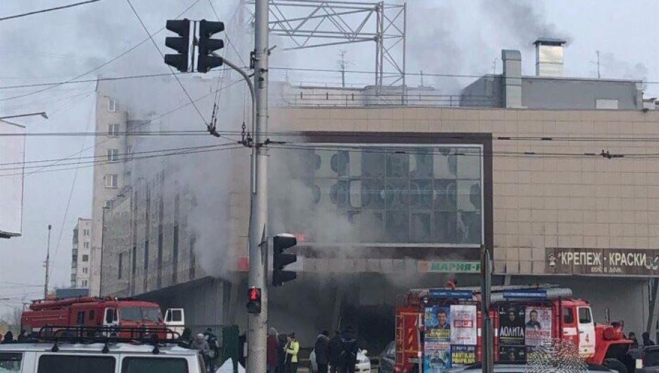 """В Новосибирске загорелся магазин торговой сети """"Мария Ра"""". 5 февраля 2018 года."""