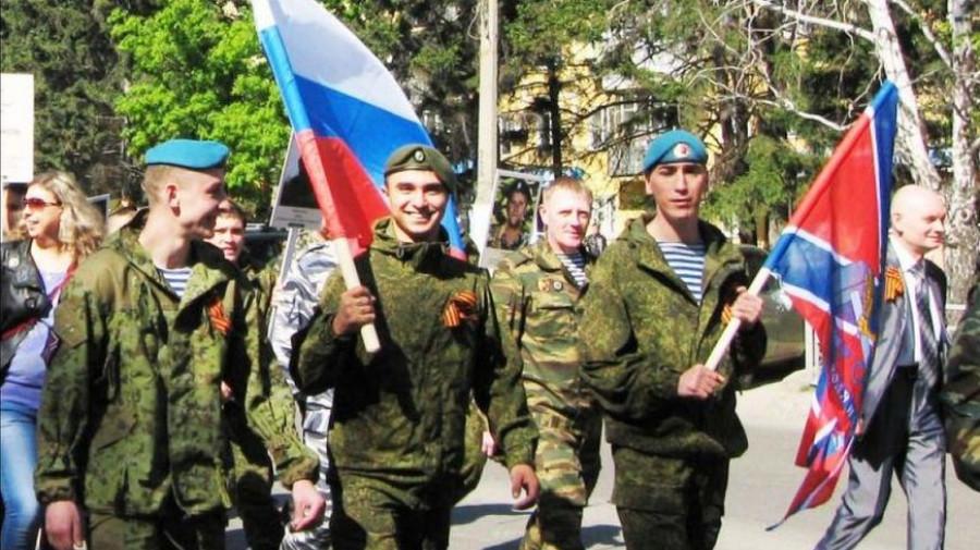 """Василий Алексенко (на фото во втором ряду в зеленом камуфляже) во время шествия """"Бессмертного полка"""" в Барнауле."""