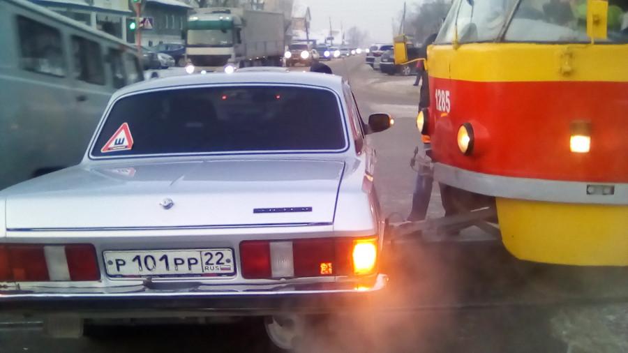 """В Барнауле трамвай врезался в """"Волгу"""". 7 февраля 2018 года."""