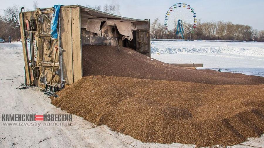 В Алтайском крае на льду перевернулся прицеп с гречкой.