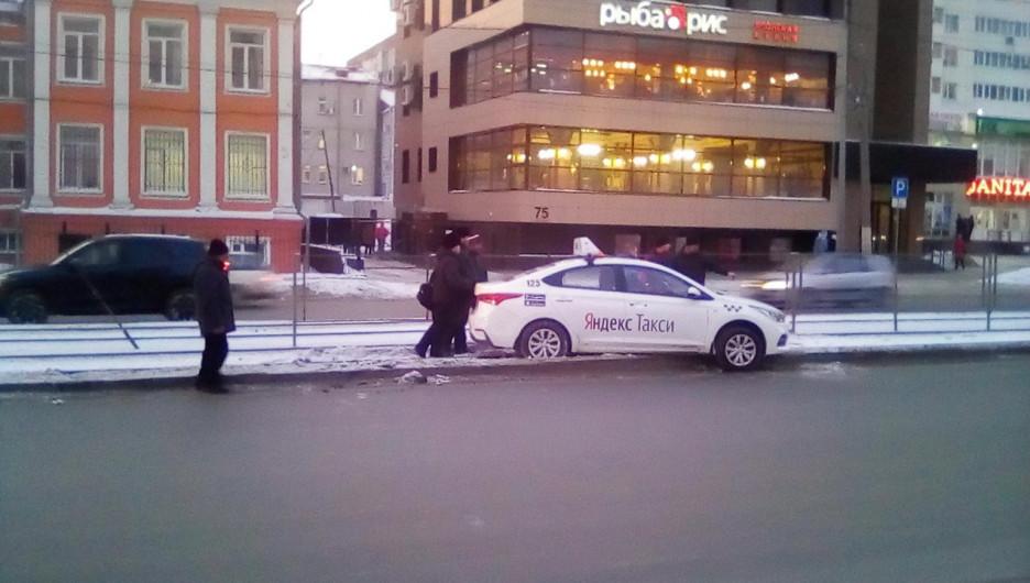 Пассажирам барнаульского трамвая пришлось выталкивать застрявший на путях автомобиль такси.