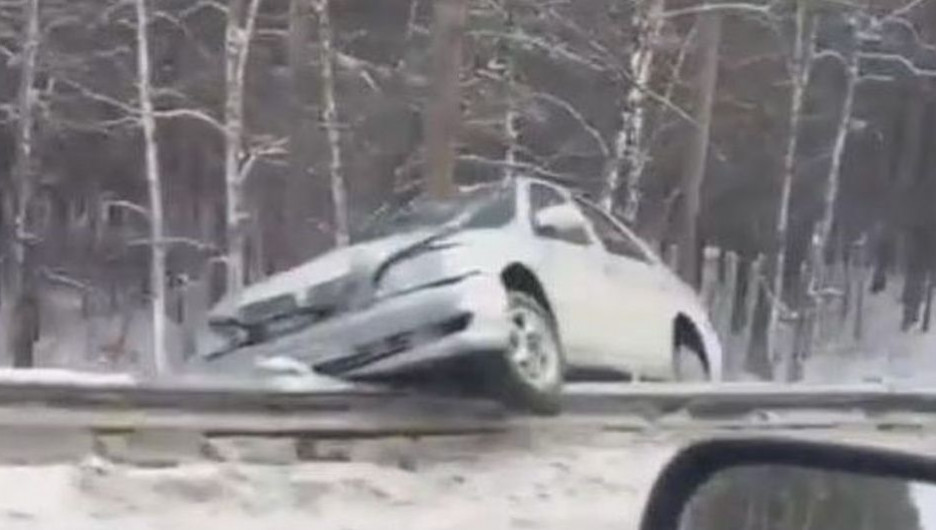 В Барнауле Toyota на скорости влетела в ограждение.