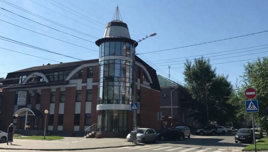 В Барнауле продают здание, где раньше располагался офис Сбербанка.