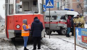В Бийске трамвай врезался в автомобиль скорой помощи. 22 февраля 2018 года.