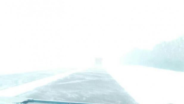 22 февраля в Алтайском крае испортилась погода. На дорогах метель, сильный ветер, переметы и гололед.
