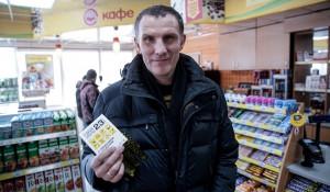 """""""Роснефть"""" в День защитника Отечества встречает клиентов подарками."""
