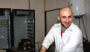 Денис Помилуйко в своей сыроварне.