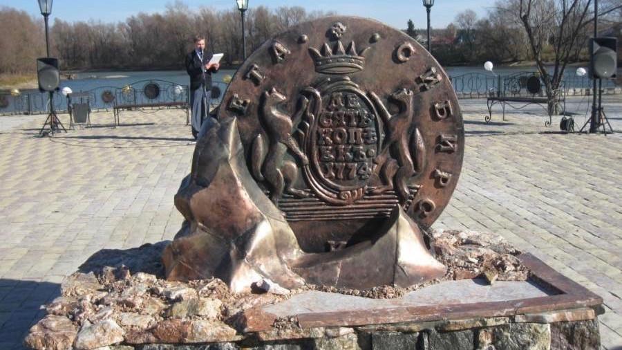 Памятник монете, которую чеканили на Сузунском монетном дворе. Источник: svidetel24.info