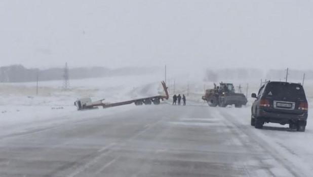 В Алтайском крае тягач на скорости слетел с трассы.