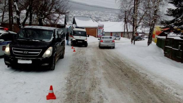 На Алтае женщина на Hyundai сбила девушку, ее увезли в больницу.